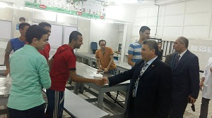 The university president surprises the university hostel in Shubra to inspect restaurants and meet students
