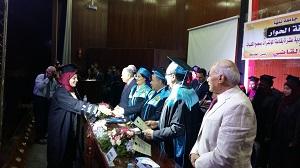 على هامش مؤتمر الشباب وثقافة الحوار .. رئيس جامعة بنها يكرم أوائل خريجى كلية الآداب