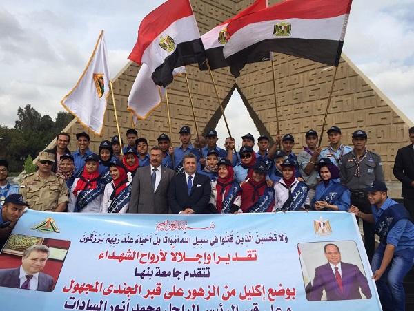 رئيس جامعة بنها يضع أكاليل الزهور على النصب التذكاري لشهداء الجيش