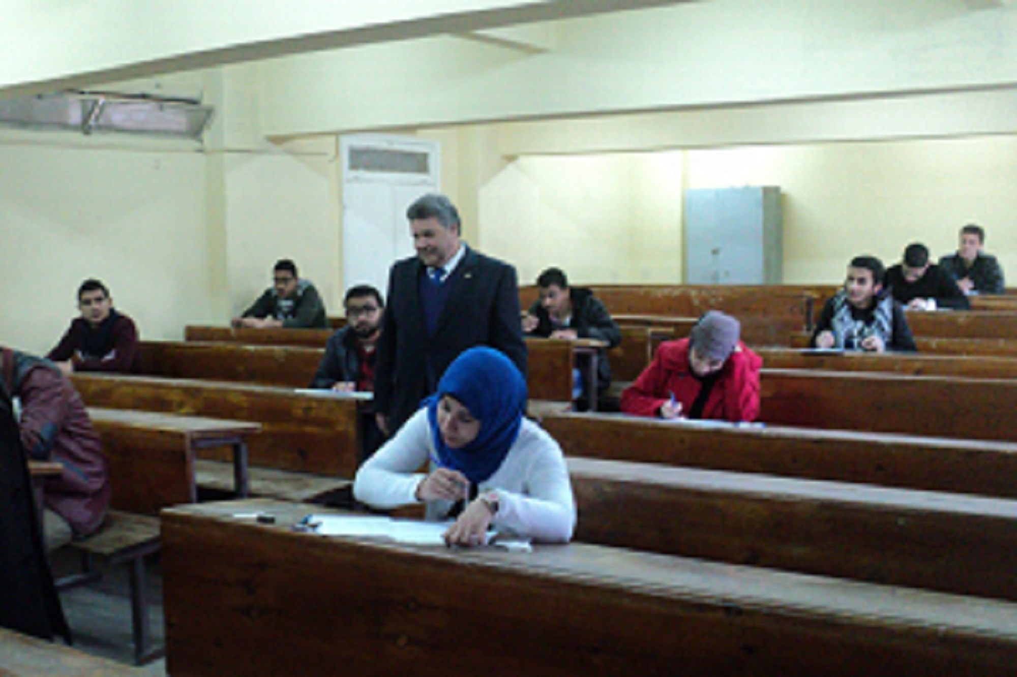 رئيس جامعة بنها يتفقد سير الإمتحانات بكلية العلوم