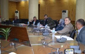 Le directeur du Projet de la qualité ȧ l'Université de Banha se rencontre avec 14 départements et administrations en vue de l'adoption de la qualité.