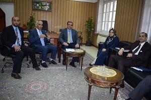 Le Vice-président de l'Université de Banha reçoit une délégation irakienne pour discuter du renforcement des relations et l'augmentation des étudiants étrangers.