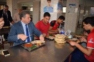 Le Président de l'Université de Benha inspecte les villes universitaires de Banha et mange le déjeuner parmi les étudiants.