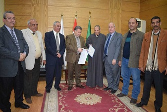 Benha University president honors a worker for his honesty
