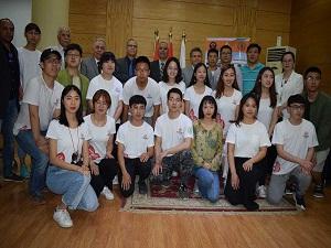 القاضي يستقبل وفداً من الطلاب الصينين