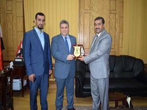 El-Kady hosts the delegation of the iraqi students and gets the armor of Tekrit University