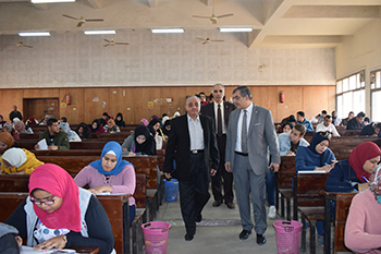 رئيس جامعة بنها يتفقد الامتحانات بكليتي الآداب والتجارة
