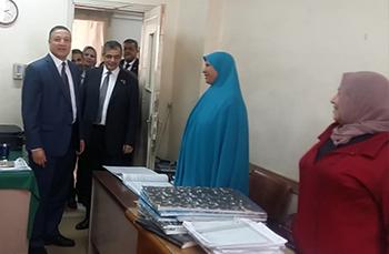 رئيس جامعة بنها يتفقد إدارات العمل بالجامعة ويقدم التهنئة للأمهات بمناسبة عيد الأم