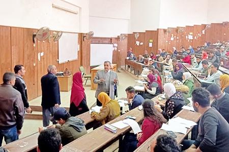«المغربى» يتفقد الإمتحانات بكلية التجارة ويؤكد على انتظام وهدوء اللجان