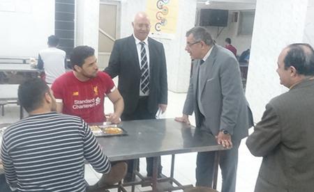 فى زيارة مفاجئة: «المغربى» يتفقد المدينة الجامعية ببنها ويلتقى بالطلاب