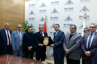 Benha University president hosts EL-Ahram's editor in chief in his office