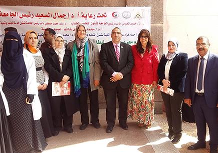 نائب رئيس جامعة بنها لخدمة المجتمع يفتتح معرض الملابس الخيرى لطلاب الطب البيطرى