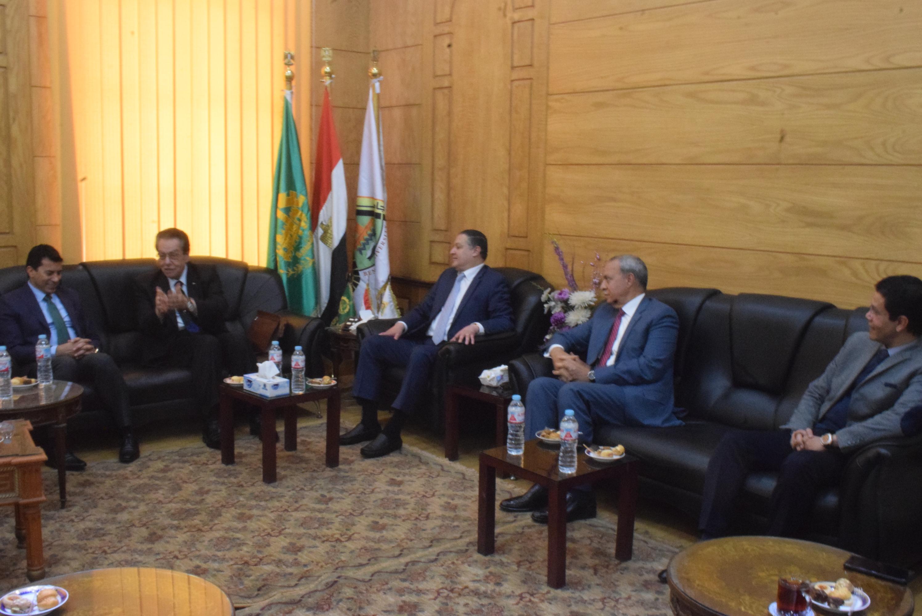 علي هامش مناقشة رسالة دكتوراة: رئيس جامعة بنها يستقبل وزير الشباب والرياضة
