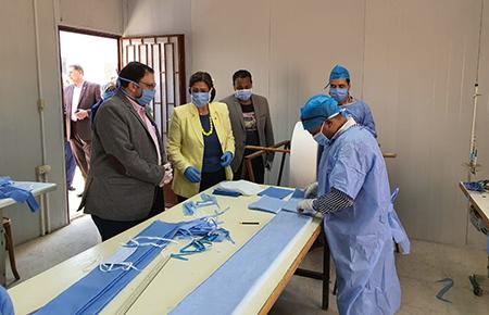 راندا مصطفى تتفقد أعمال تصنيع الكمامات بجامعة بنها وتشيد بجهود العاملين