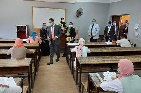 رئيس جامعة بنها يتفقد امتحانات الفصل الدراسي الثاني بكلية الآداب