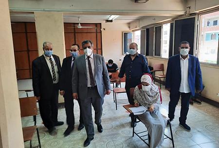 نائب رئيس جامعة بنها يتفقد سير الإمتحانات بكلية الطب البيطري
