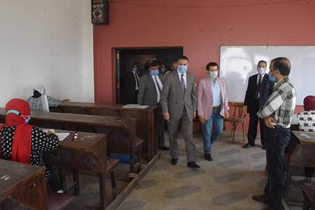 رئيس جامعة بنها يتفقد الامتحانات بكلية الفنون التطبيقية ويطمئن على الإجراءات الإحترازية
