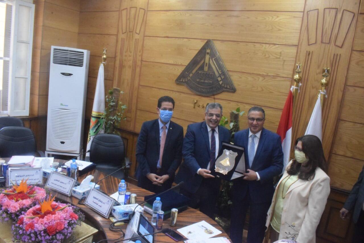 مجلس جامعة بنها يكرم نائب رئيس الجامعة لشئون التعليم ويشيد بمجهوداته