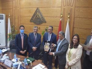 مجلس جامعة بنها يكرم عميد هندسة شبرا