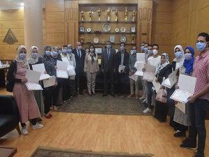 رئيس جامعة بنها يكرم فريق وحدة مكافحة العدوي بالمستشفي الجامعي