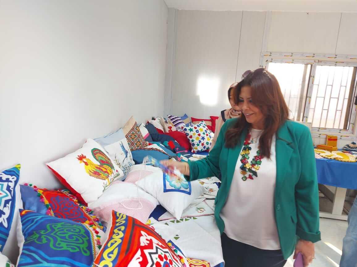 تنظيمه مع بدء العام الدراسى: راندا مصطفى تتفقد أعمال تجهيز معرض المشغولات اليدوية بنوعية بنها
