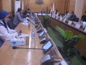 في أول يوم دراسي: اجتماع لجنة متابعة الإلتزام بالإجراءت الإحترازية بجامعة بنها