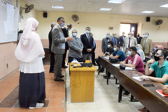 رئيس جامعة بنها يتفقد الدراسة بهندسة شبرا