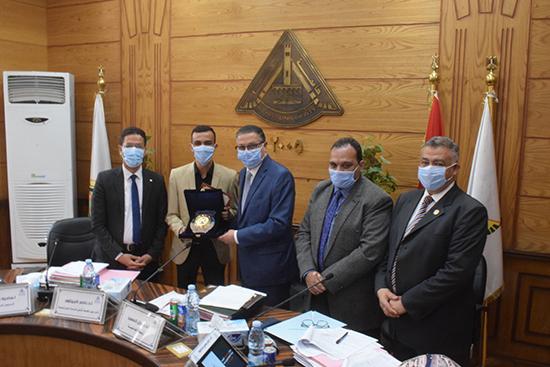 مجلس جامعة بنها يكرم رئيس اتحاد طلاب جامعة بنها