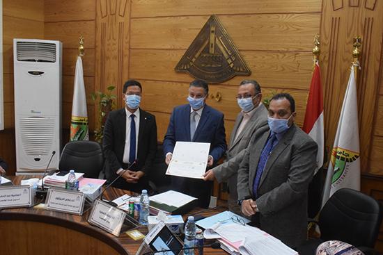 مجلس جامعة بنها يكرم المدير الاكاديمي لمقر الجامعة بالعبور
