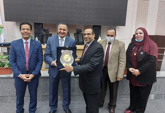 مجلس جامعة بنها يكرم عميد كلية الطب البيطري
