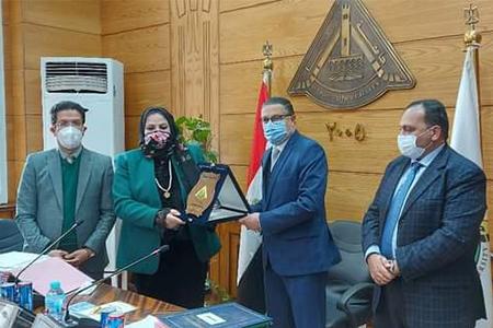مجلس جامعة بنها يكرم أمين عام الجامعة السابق