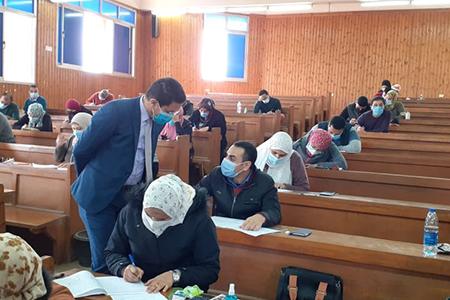الجيزاوي يواصل جولاته ويتفقد سير الامتحانات بكليتي الزراعة والطب البيطري