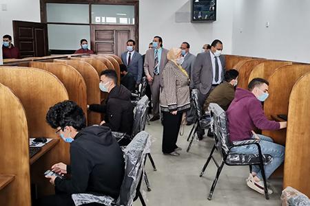 نائب رئيس جامعة بنها لشئون التعليم والطلاب يتفقد أول اختبار الكترونى لطلاب كلية الحاسبات وسير الامتحانات بكلية الحقوق