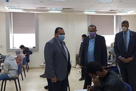 نائب رئيس جامعة بنها لشئون التعليم والطلاب يواصل جولاته ويتفقد الامتحانات بمقر العبور