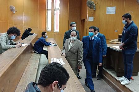 القائم بأعمال رئيس جامعة بنها يتفقد سير الإمتحانات بهندسة شبرا