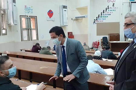 El Gizawy inspects the First Semester Exams at Faculty of Medicine