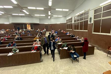 نائب رئيس جامعة بنها لشئون التعليم والطلاب يتفقد سير الامتحانات بكلية الآداب ويشيد بالإجراءات الاحترازية داخل اللجان