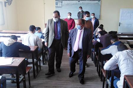 نائب رئيس جامعة بنها لشئون التعليم والطلاب يواصل جولاته ويتفقد سير الامتحانات بكلية التجارة