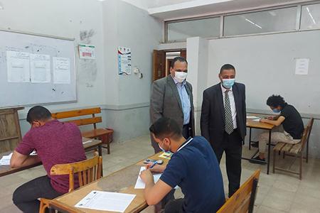 نائب رئيس جامعة بنها لشئون التعليم والطلاب يواصل جولاته ويتفقد سير الامتحانات بكلية الهندسة