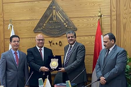 مجلس جامعة بنها يكرم مديرعام الامن الإداري بالجامعة